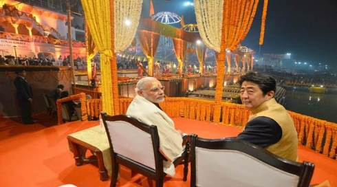 The Prime Minister, Shri Narendra Modi and the Prime Minister of Japan, Mr. Shinzo Abe witnessing the Ganga Aarti at Dashashwamedh Ghat, in Varanasi, Uttar Pradesh on December 12, 2015.